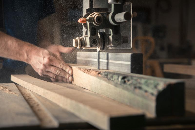 En såg på ett snickeri skär i en planka, handarbete