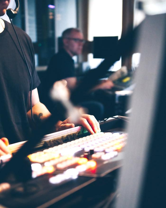 Livesändning, en medarbetare styr ett kontrollbord